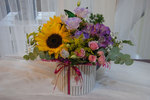 caja con flores naturales de girasol y rosas